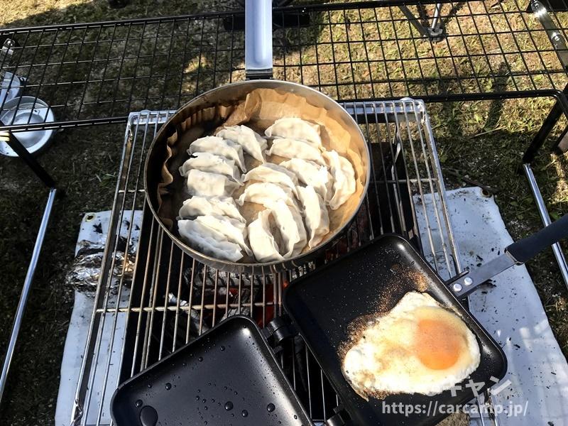 キャンプの朝ご飯・ホットサンドと餃子